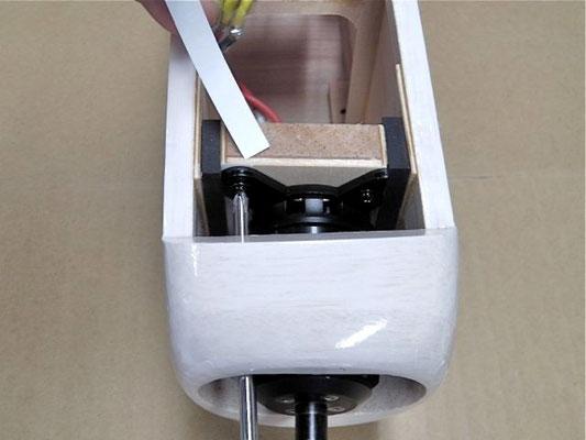 スラストの調整は簡単。 ドライバーを前から差し込んでネジを外し、アルミ板の下に紙を挟んで行う。 紙の厚さは、ペラ先端左右差の約1/10