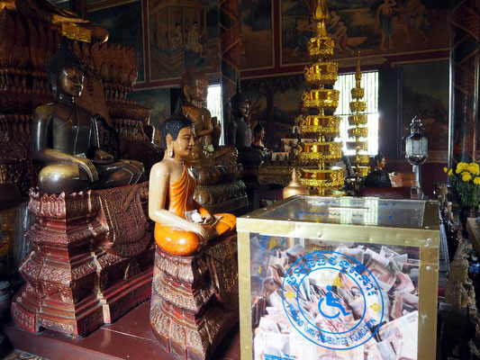 Arm aber spendierfreudig - Geldcontainer im Wat Phnom Tempel, der  der Stadt seinen Namen gab