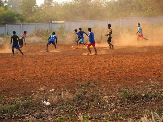 Weltsportart - Fußballmatch im Staub des Bolavenplateaus