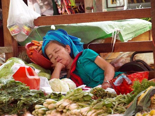 Schlafen in allen Lagen - Möhrenkissen auf dem Markt in Nyaung Shwe