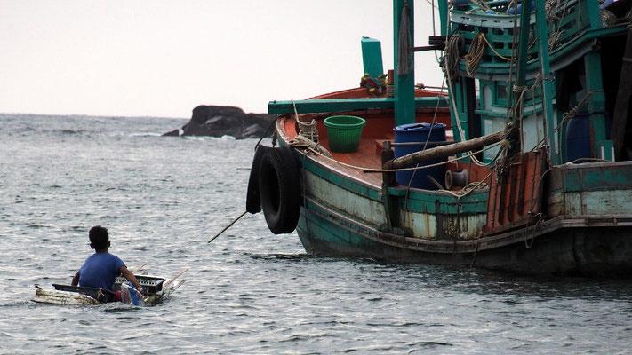 Eigenbau - Fischerjunge auf dem Weg zum elterlichen Boot