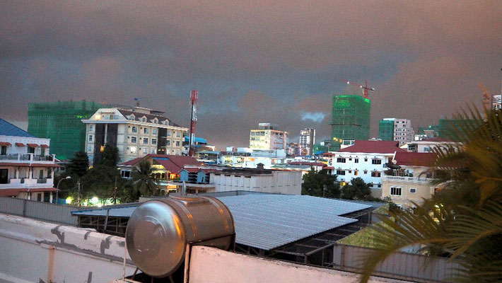 Blick von einem Balkon des Teahoses auf ein Gewitter am Ende der Regenzeit
