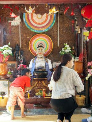 Schrein der Stadtgründerin Großmutter Penh, die der Legende nach  auf dem Wat Phnom Tempelhügel angeschwemmte Buddhastatuen unterbrachte