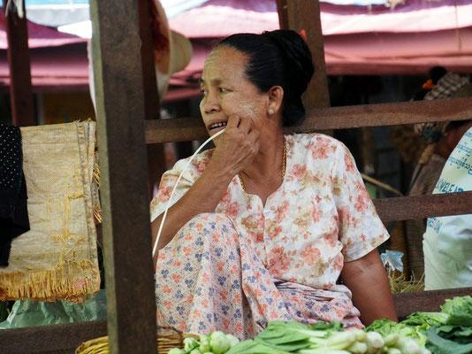 Warten - Zahnreinigung vor dem Gemüseverkauf