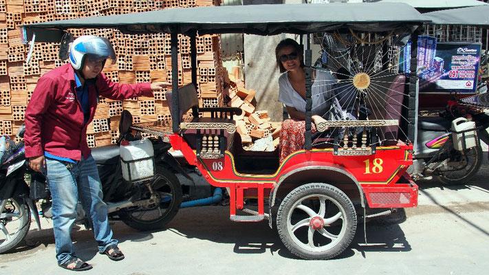 Sicherer Transport - Unser TukTuk-Fahrer vor dem Teahouse