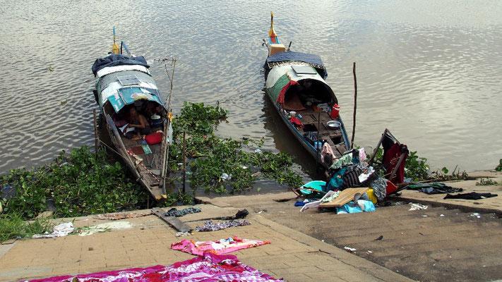 Schiffsnomaden trocknen ihre Wäsche am befestigten Ufer des Mekong, ...