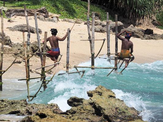 Einheimische poussieren als Stelzenfischer für Touristen ...