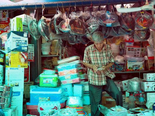 ... , wo es Schmuck, Fake-Produkte, Kleidung und anderes Meer zu kaufen gibt