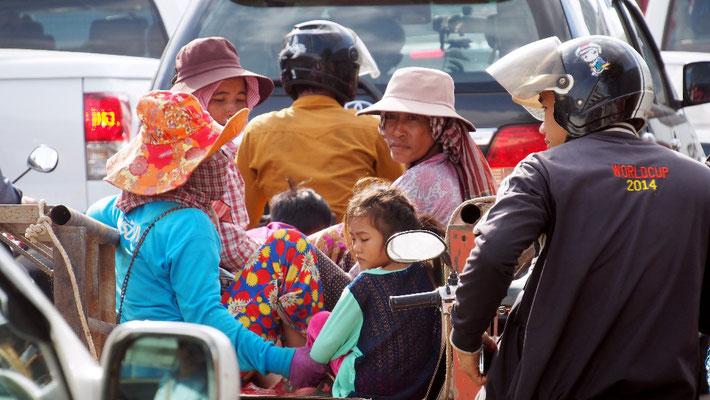 ... die sozialen Gegensätze Phnom Penhs durch ...