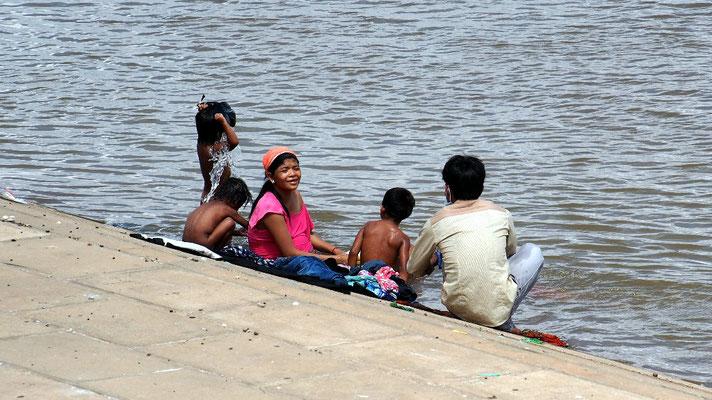 ... während sich eine Famile mangels Sanitärzuganges im Mekong wäscht