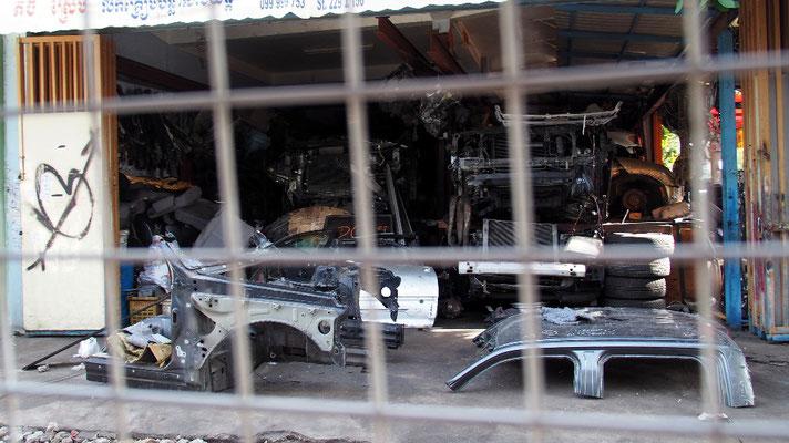 ... entlang von Straßen, wo es nur gebrauchte Autoteile gab und im Stau ...