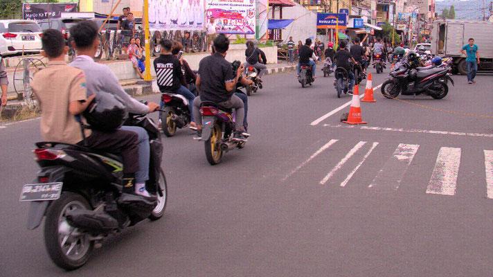 Typisch - Scooter sind das Hauptverkehrsmittel des Individualverkehrs