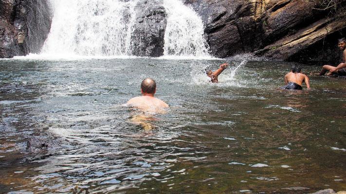 Drei junge Männer üben Schwimmen in der Badegumpe