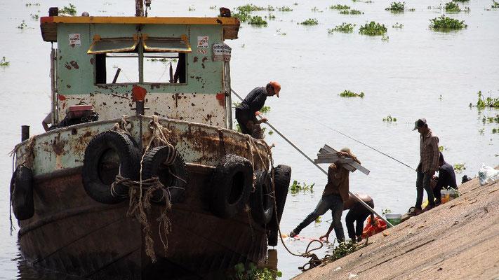 Vorbereitungen auf das Wasserfest - Arbeiter transportieren Material zum Bau einer Tribüne am Mekong, ...