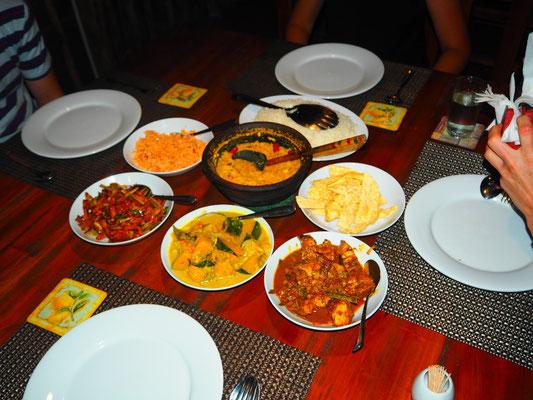 Fertiges Gericht - Coconut Sambal, Dhal Curry,  Reischips, Auberginen Chutney, Pumpkin Curry und Chicken Curry, dazu wird Reis serviert
