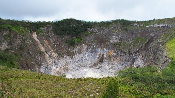 ... und um dessen dampfenden Krater ein Rundweg führt.