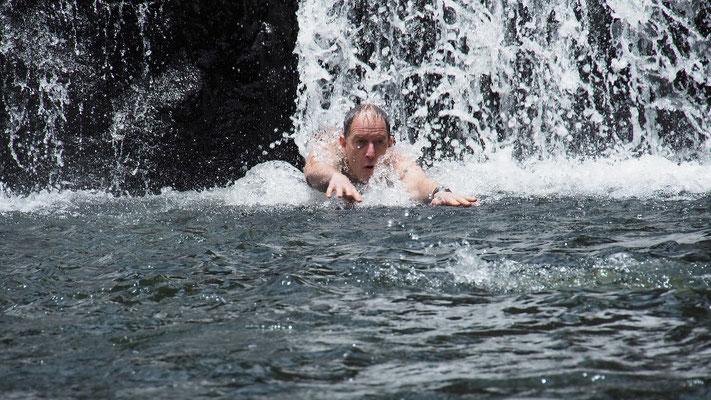 Ich schwimme hinterher, als ich merke, dass er fast am Ertrinken ist