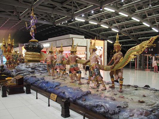 Abflug - Buddhistischer Figurenkult am Flughafen