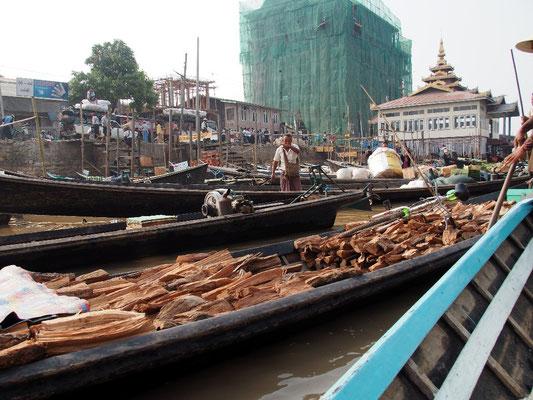 Dichtes Gedränge im Kanal in Nyaung Shwe