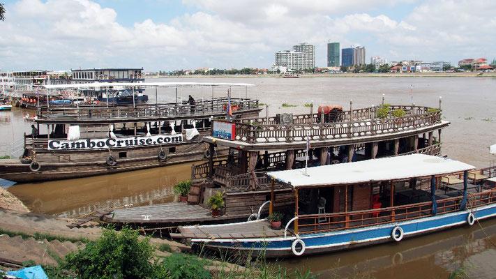 Wachstumsbranche - Ausflugsboote warten auf Touristen