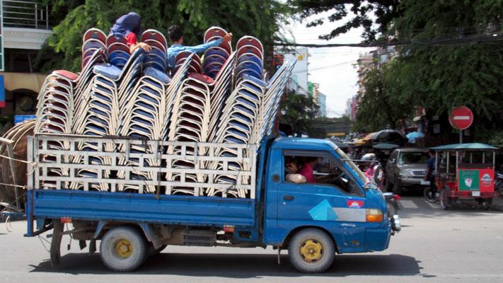 ... während zum selben Zweck Stühle waghalsig transportiert werden