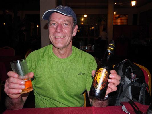Verdient - Nach einigen Verzögerungen das verdiente Bier in Kurunegala