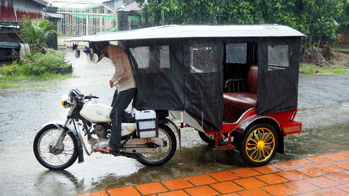 Regenschutz - Die Seitenplanen des Tuk-Tuks schützten uns in Sihanoukville vor den tropischen Regenschauern