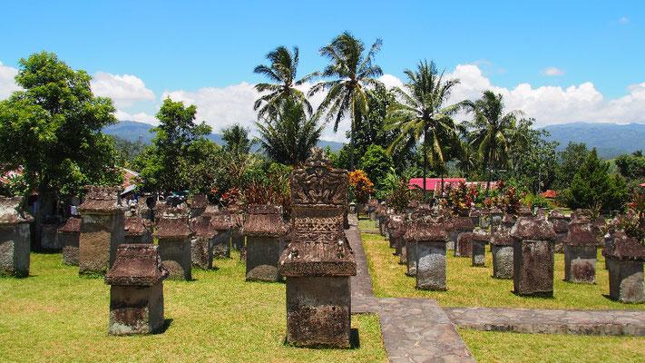 Kurzstopp in Sawangan - Warugas sind rätselhafte Sarkophage in der Region der Minahasa Kultur