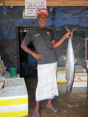 Stolz - traditoneller Fischer zeigt stolz seinen Fang ...