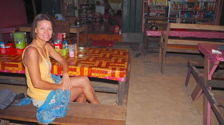 Abseits - Das Essen in einem einfachen Restaurant in M'Pay Bay bekam Gitti nicht