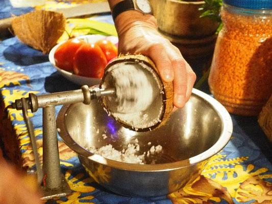 Herstellung frischer Kokosmilch mit Kokosraspel...