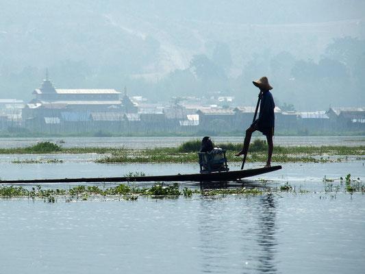 Tiefgang - Vorsichtiger Schiffer lenkt sein Boot geschickt über den See