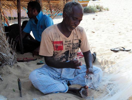 ... repariert ein Fischer sein Netz in Handarbeit