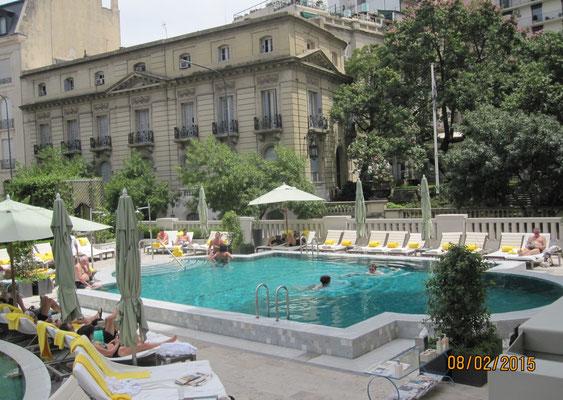 erst einmal zum Pool: bei angenehmen 23 Grad und exzellentem Service