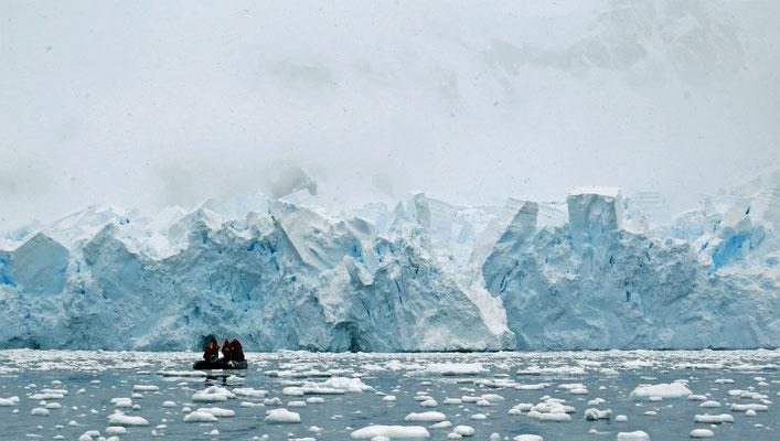 Als die Gletscherzunge kalbt, sind wir alle glücklicherweise in sicherer Entfernung.