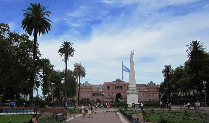 Plaza de Mayo mit Piramide de Mayo (Monument zur Erinnerung an die Mai Revolution 1810) und Casa Rosada (Sitz des Staatspräsidenten)