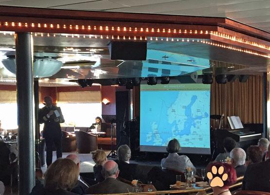 Der Kapitän erklärt, wo wir uns auf der Nordhalbkugel befänden, ...