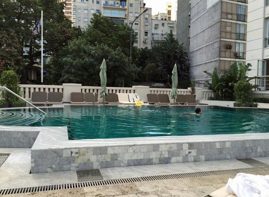 ... genießen den Pool mit dem ausgezeichneten Service ...