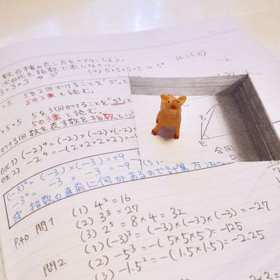 ノートに開いた穴のトリックアートと豚
