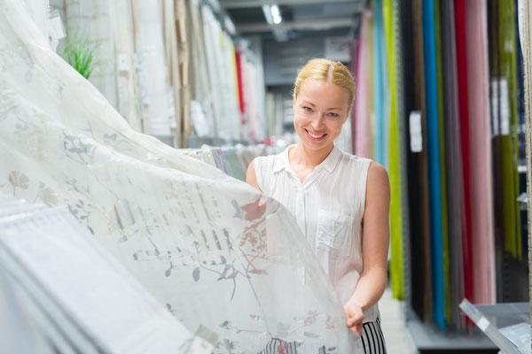 saarclean Gardinenservice, Frau im Geschäft mit neuen Stores