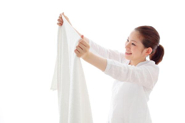 saarclean Gardinenservice, ausländische Frau freut sich über Sauberkeit