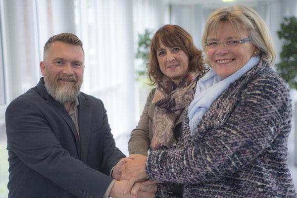 Susanne Ruiz Moreno (li.) und Ingrid Schubert vom Turnverein Utfort-Eick übergaben einen großen Spendenscheck für die Ferienfreizeit nierenkranker Kinder an Bethanien-Pressesprecher Dirk Ruder