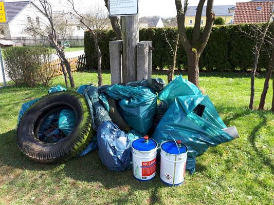 Müllhaufen - gesammelt in den Seitengräben - UNGLAUBLICH!