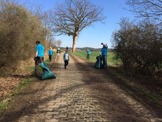 Müll aus den Seitengräben Richtung Rößnitz wird aufgesammelt