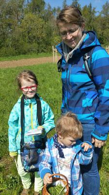 Elli aus Weischlitz hat sich Notizen gemacht und Kräuter aufgeklebt, um später ihrem kleinen Bruder Ivo alles zu erklären. Mutti freut sich darüber.