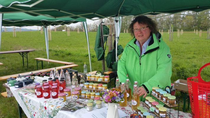 Kräuterfrau Petra Jeschek / Lottengrün fand viele Käufer für ihre selbstgemachten Kräuterprodukte. Sie freute sich auch über das große Interesse der Naturfreunde für ihrer Kräuterwanderung.
