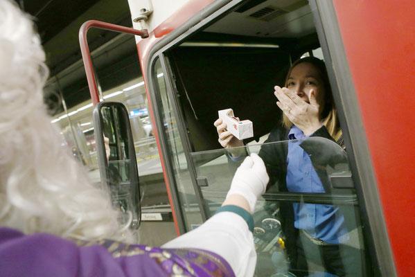 Auch die U-Bahnfahrerin bedachten die Nikoläuse mit einer Schokoladenfigur. (Foto: Nicole Cronauge | Bistum Essen)