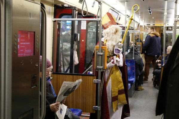 Mit Bischofsstab und -mitra in der engen U-Bahn - für Nikolaus Sebastian Geßmann kein Problem. (Foto: Nicole Cronauge | Bistum Essen)