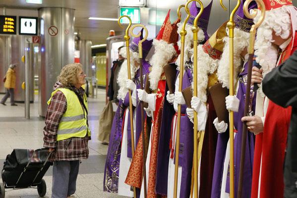 Schon auf dem Bahnsteig gab's erste Kontakte zwischen Nikoläusen und U-Bahn-Passagieren. (Foto: Nicole Cronauge | Bistum Essen)