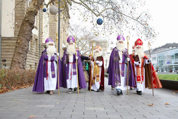 Von der Liebfrauenkirche aus machten sich die Nikoläuse mit ihren Helfern auf den Weg zur U-Bahn. (Foto: Nicole Cronauge | Bistum Essen)